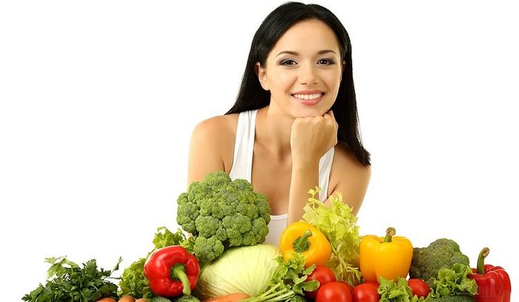 Женщина-вегетарианка с набором овощей и фруктов